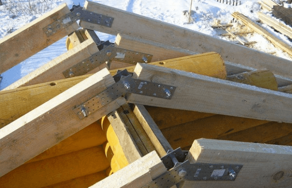Подвижное соединение стропильных ног в коньковом узле