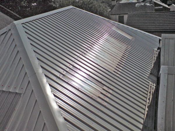 Четырёхскатная крыша, покрытая профнастилом
