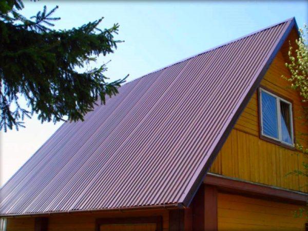 Двухскатная крыша из профнастила на деревянном доме