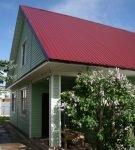Двускатная крыша из цветного профнастила