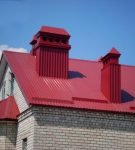 Яркая крыша с отделкой труб профнастилом