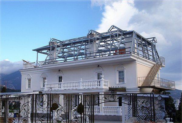 Дом со стропильной системой для скатной крыши
