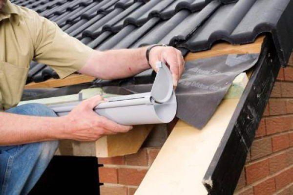 Крепление жёлоба из пластика на крышу