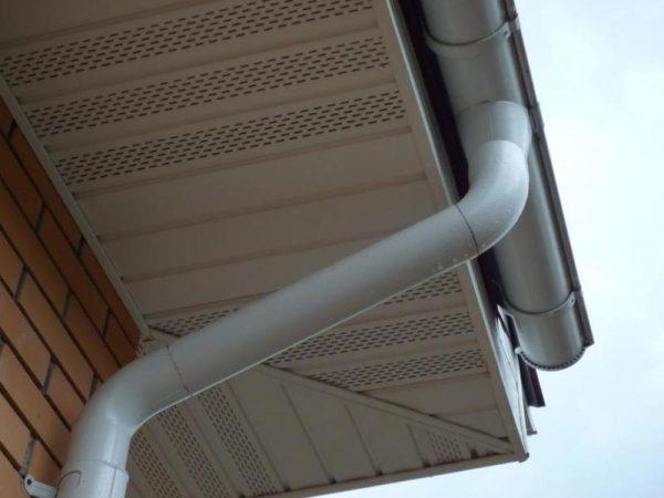 Труба и жёлоб на крыше