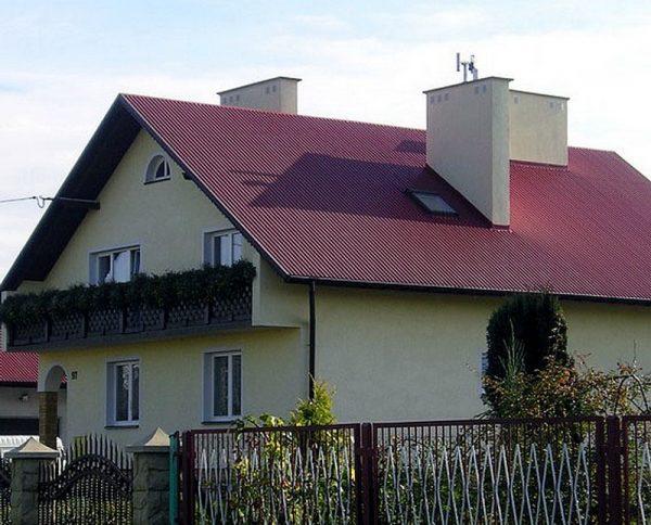 Дом с кровлей из профнастила