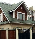 Красивый дом со сложной крышей