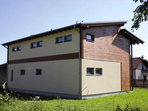 Здание с ломаной односкатной крышей