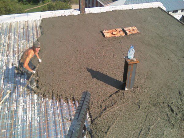 Укладка стяжки на плоской крыше по профнастилу