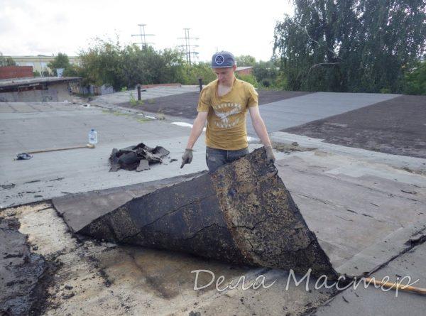 Процесс демонтажа старого покрытия кровли гаража