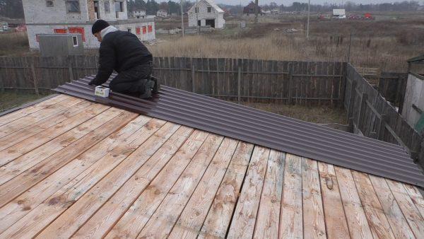 Покрытие крыши профнастилом по деревянному основанию