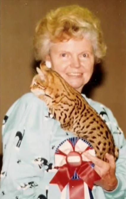 Создатель породы бенгалов Джин Милл с кошкой на плече
