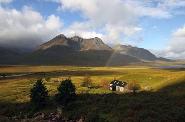 Вид на горы и равнину в Шотландии