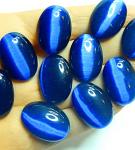 Синие камни с эффектом «Кошачьего глаза» на ладони