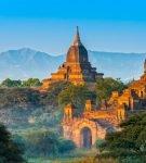 Панорама с бирманскими храмами на фоне гор