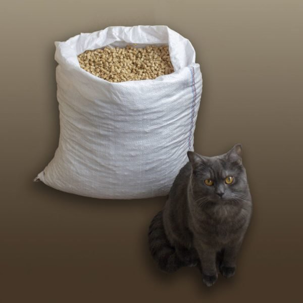 Кот и мешок с наполнителем