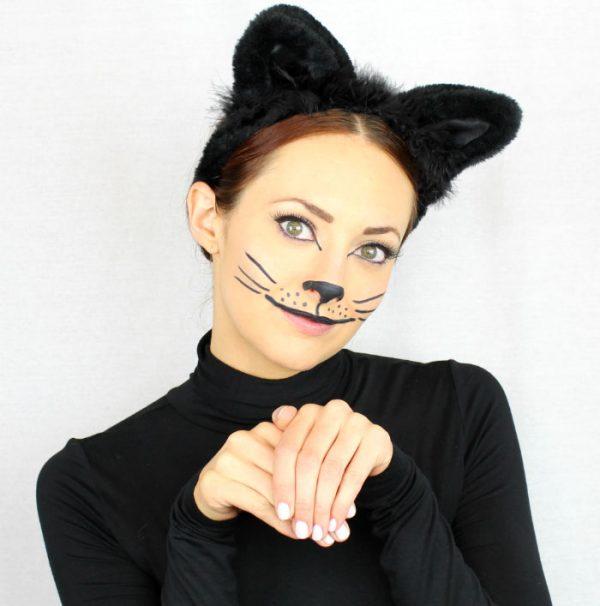 Девушка с ушами и нарисованным кошачьим носом