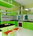 Ярко-зелёная мебель на кухне со светлым напольным покрытием