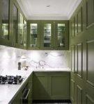 Тёмно-зелёная мебель на узкой кухне