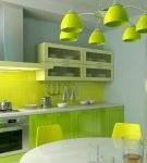 Зелёная мебель и люстра на кухне