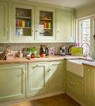 Гарнитур фисташкового цвета на кухне