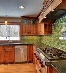 Зелёный фартук из плитки на кухне