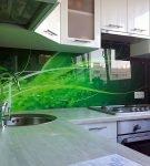 Кухонный фартук с зелёным рисунком