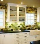 Разноцветный фартук на кухне со светлой мебелью