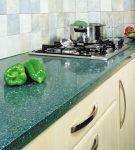 Тёмная зелёная столешница на кухне