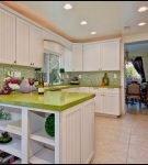 Ярко-зелёная столешница на светлой кухне