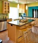 Зелёные стены и коричневая мебель кухни