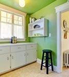 Светлые зелёные стены кухни