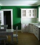 Тёмные зелёные стены кухни с белой мебелью