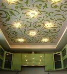 Зелёный узор на потолоке кухни