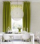 Зелёные шторы на кухне с белой мебелью