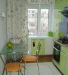 Зелёный гарнитур и тюль на светлой кухне