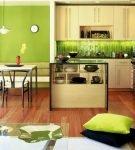 Зелёный декор в интерьере большой кухни