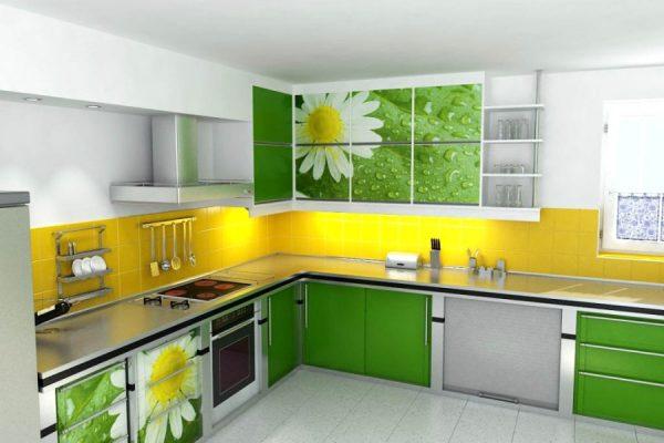 Жёлто-зелёная кухня с оригинальными фасадами шкафов