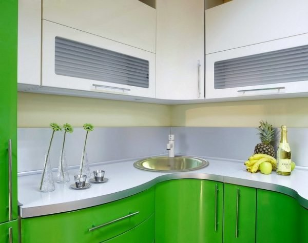 Бело-зелёный гарнитур на кухне