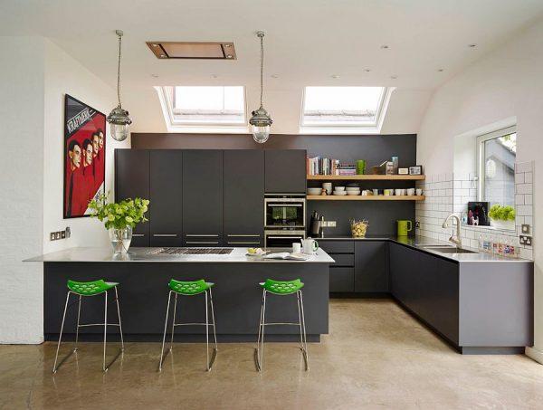 Яркий зелёный декор на серой кухне