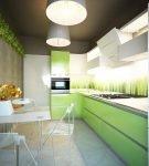 Тёмный потолок на кухне с зелёным гарнитуром