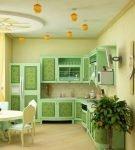 Светлая кухня с гарнитуром бледно-зелёного оттенка
