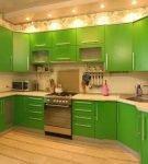 Зелёно-бежевая кухня в доме