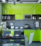 Интерьер кухни в серо-зелёных тонах
