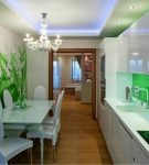 Фотообои и зелёный фартук в интерьере кухни