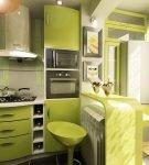 Современная кухня с зелёным гарнитуром