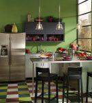 Разноцветное напольное покрытие на кухне в зелёными стенами