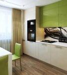 Яркий фартук и зелёные шкафы на кухне