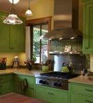 Кухня с массивной мебелью зелёного цвета