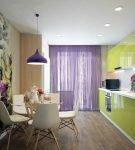 Сиреневые шторы в зелёной кухне