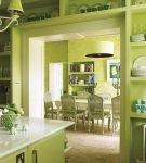 Интерьер зелёной кухни большой площади